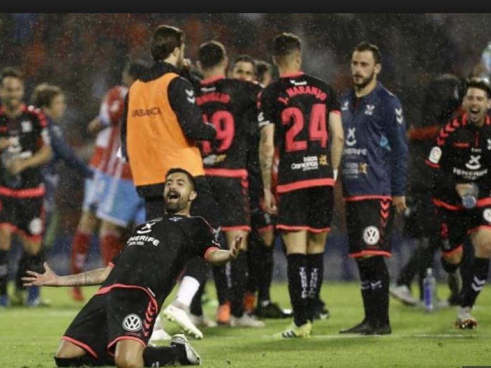 Los jugadores del Tenerife, el pasado martes a las 23.00, celebran por todo lo alto su salvación tras empatar 0-0 en Lugo y conocer sobre el césped del Anxo Carro la derrota del Majadahonda en Oviedo.