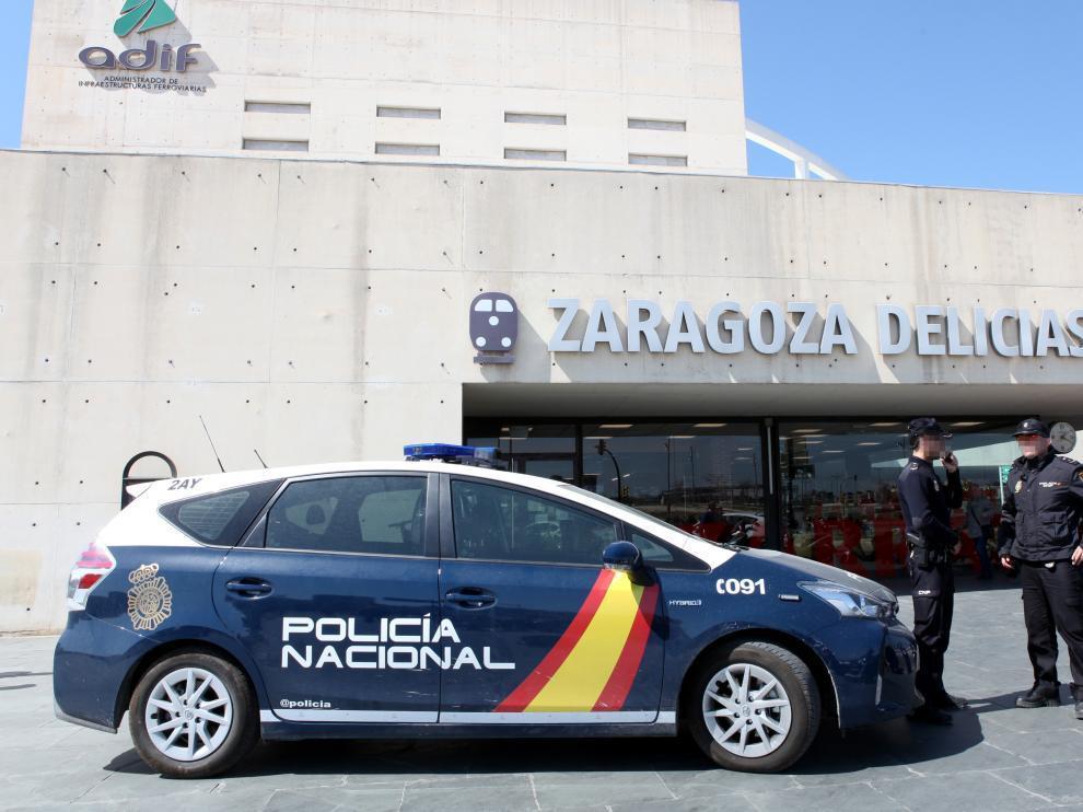 Un coche patrulla en la puerta de la estación de Delicias
