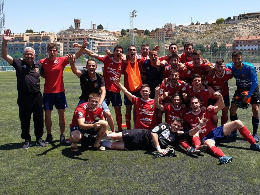 Los jugadores del Fraga celebran el campeonato absoluto de Regional Preferente.