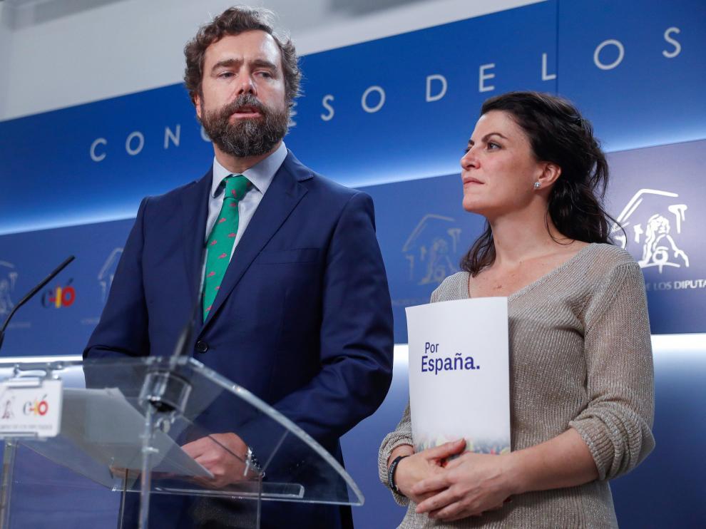 El portavoz de Vox en el congreso, Iván Espinosa de los Monteros, y la secretaria general del grupo parlamentario, Macarena Olona, duranet su comparecencia tras presentar este lunes un documento en el Registro del Congreso.