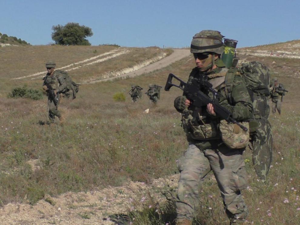Militares de la Brigada Paracaidista y helicópteros de las FAMET realizan ejercicios de asalto aéreo en el campo de maniobras de San Gregorio.