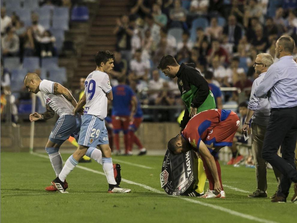 Cambio de Soro por Pombo durante el Real Zaragoza-Numancia en el último partido en casa de esta temporada (otro jugador numantino espera para relevar a un compañero). Se hizo por el centro del campo, junto al cuarto árbitro. A partir de ahora ya no será así.