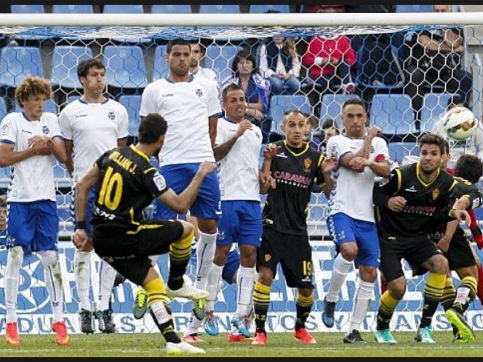 Falta directa lanzada por Willian José en el Tenerife-Real Zaragoza de hace 4 temporadas. Natxo Insa se incrustó en la barrera canaria. Y Cabrera y Vallejo se ubicaron pegados a los zagueros tinerfeñistas. A partir de ahora, eso no será posible. Los atacantes tendrán que estar, como mínimo, a un metro de la barrera defensiva.