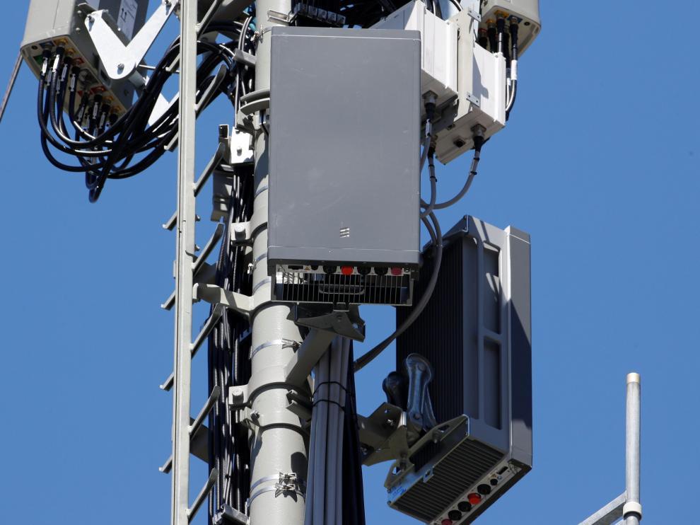 5G antennas of Swiss telecom operator Swisscom are seen during installation works on a mast in the mountain resort of Lenzerheide, Switzerland June 13, 2019. REUTERS/Arnd Wiegmann [[[REUTERS VOCENTO]]] SWISS-COMMUNICATION/