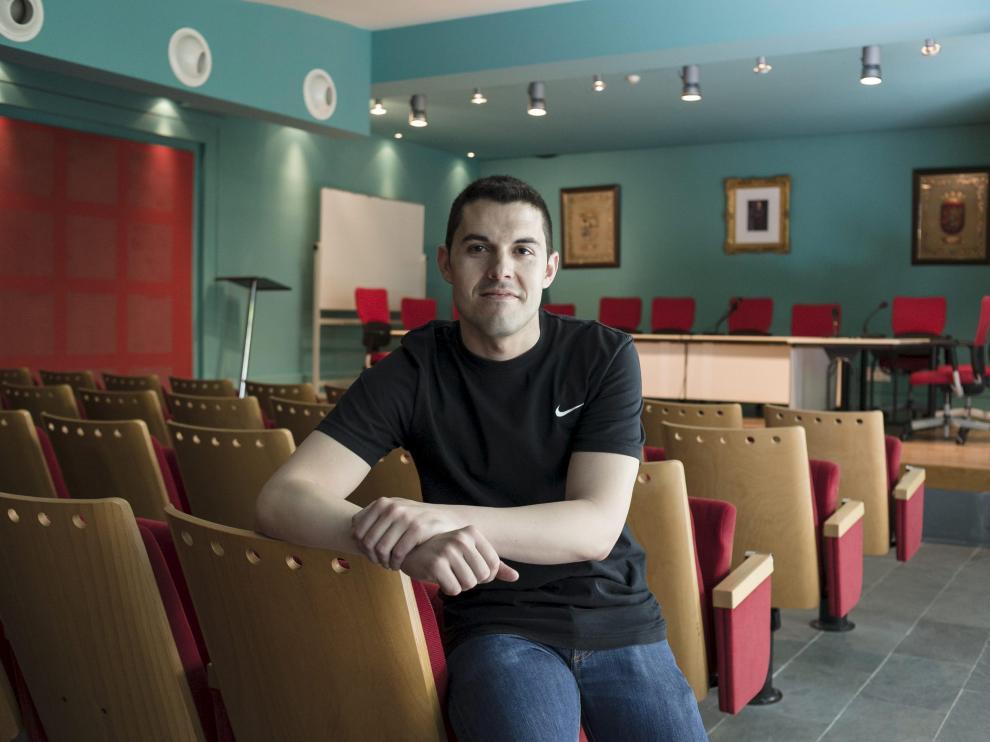 Adrián Tello, en el salón de plenos del ayuntamiento de La Muela.