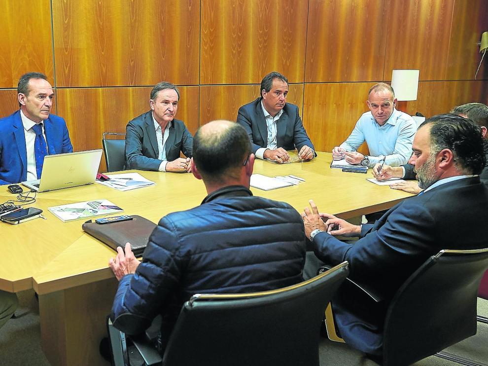 Consejeros del Real Zaragoza y directivos del club, reunidos en la mañana de este viernes.