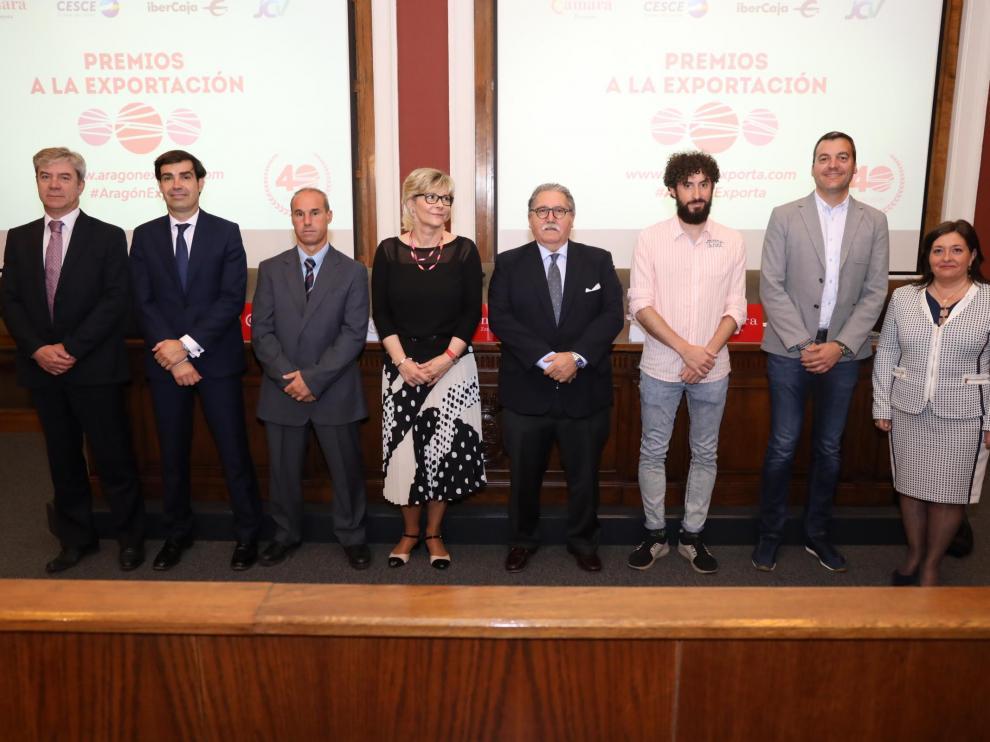 Imagen de los premiados con los responsables de Cámara de Zaragoza.
