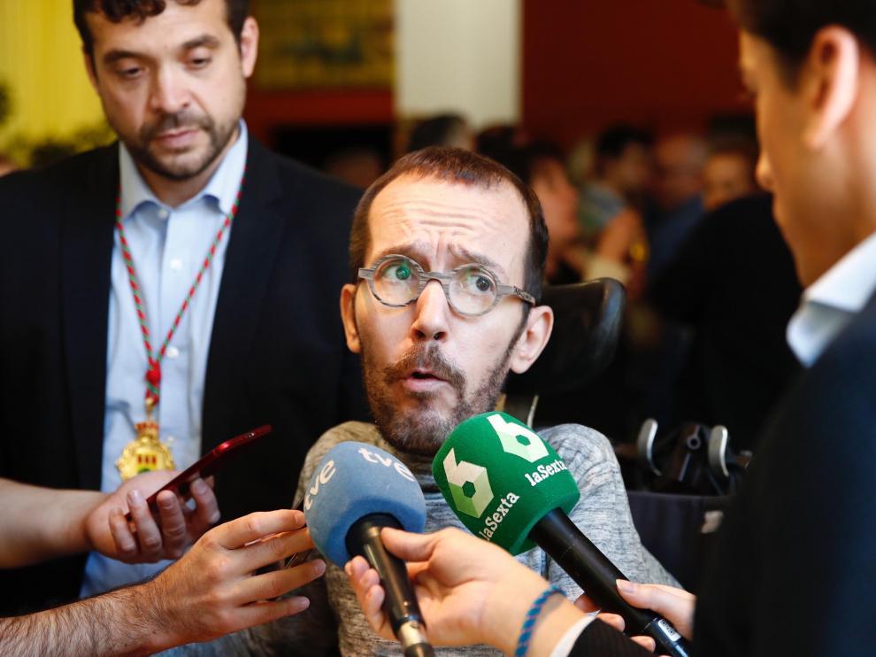 Pablo Echenique atiende a los medios tras las constitución del Ayuntamiento de Alcorcón.