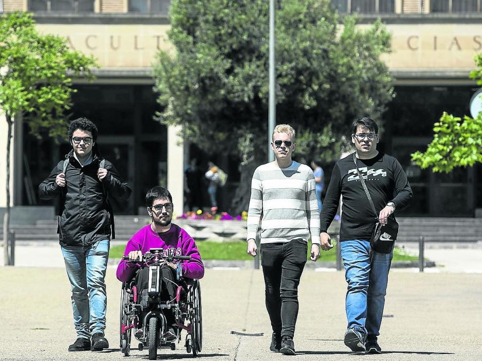 Los estudiantes Víctor Alaminos, Alejandro Jordán, Ricardo Badía y Pablo Latorre en el campus San Francisco de Zaragoza.