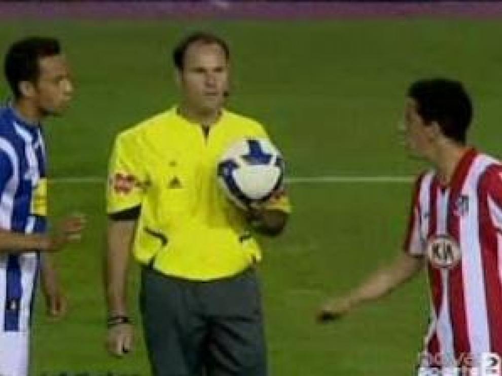 El árbitro Mateu Lahoz, en un bote neutral para reanudar el juego entre dos jugadores del Atlético de Madrid y la Real Sociedad.