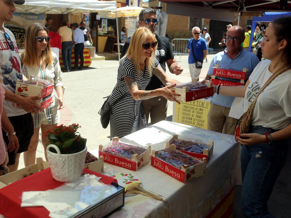 Muchos de los visitantes de la feria compraron las cajas de cerezas a pares.