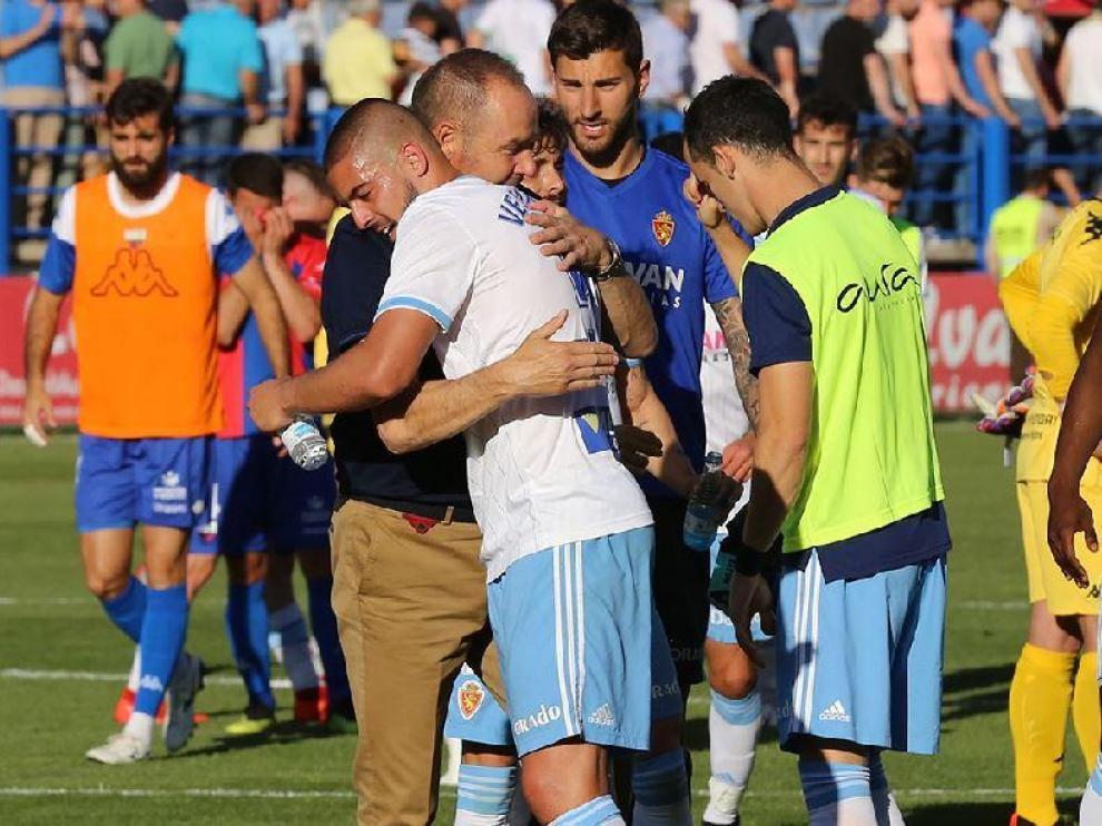 Verdasca se abraza con Víctor Fernández, en el estadio Francisco de la Hera de Almendralejo (Badajoz), al término del crucial partido que ganó el Real Zaragoza al Extremadura por 0-3 hace un mes.