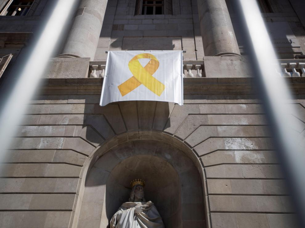 El lazo amarillo vuelve al Ayuntamiento de Barcelona.
