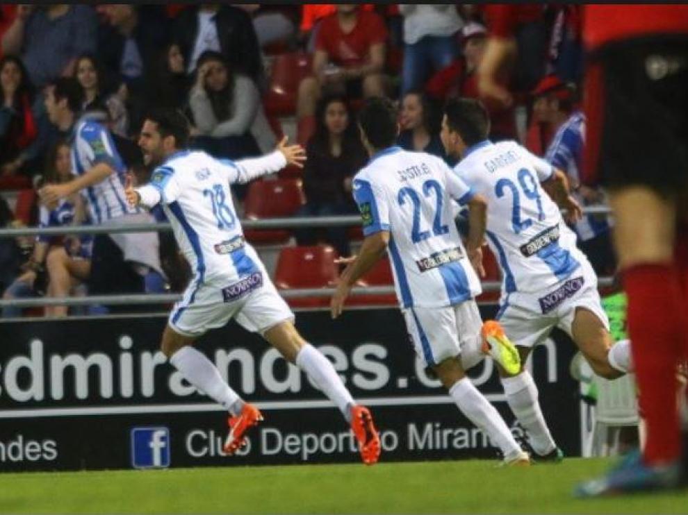 El ascenso a Primera del CD Leganés, en junio de 2016, es uno de los más llamativos y singulares de los últimos 6 años en Segunda. En la imagen, la celebración en la última jornada, en el campo de Anduva de Miranda de Ebro ante el Mirandés.