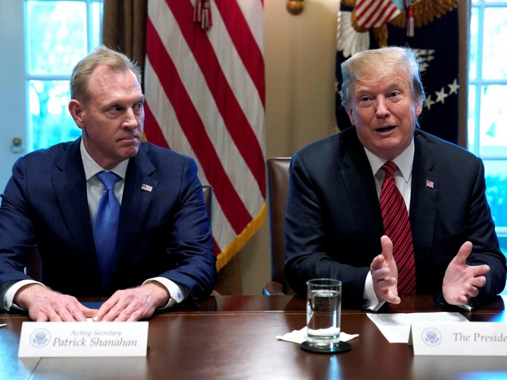 FILE PHOTO: Acting Defense Secretary Patrick Shanahan  (L) listens as U.S. President Donald Trump holds a meeting with senior military leaders at the White House in Washington, U.S., April 3, 2019.  REUTERS/Kevin Lamarque/File Photo [[[REUTERS VOCENTO]]] USA-TRUMP/SHANAHAN