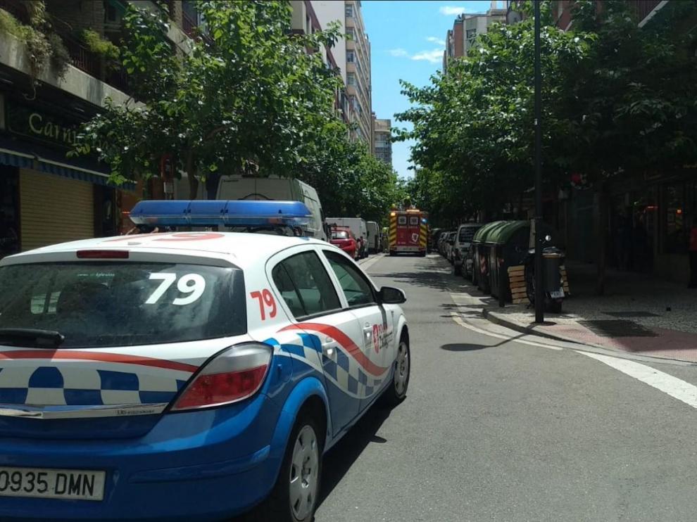 Incendio en una vivienda de la calle de Italia, que permanece cortada, en el barrio de Las Delicias (Zaragoza).