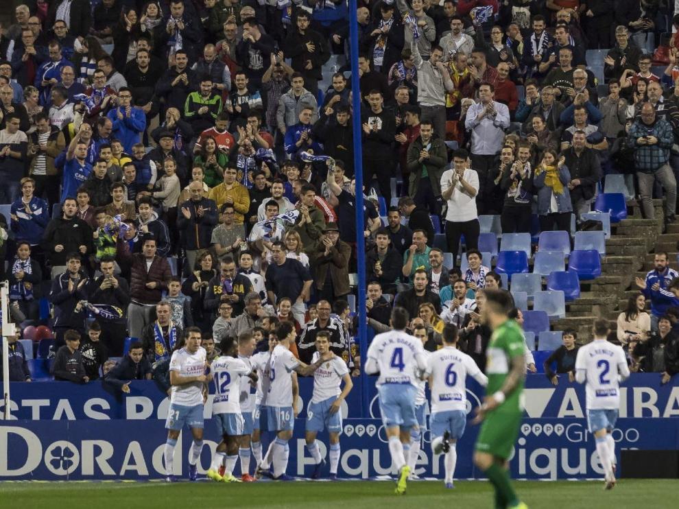 Los jugadores del Real Zaragoza celebran el gol de Linares en el partido ante el Elche, que supuso el 1-0 definitivo.