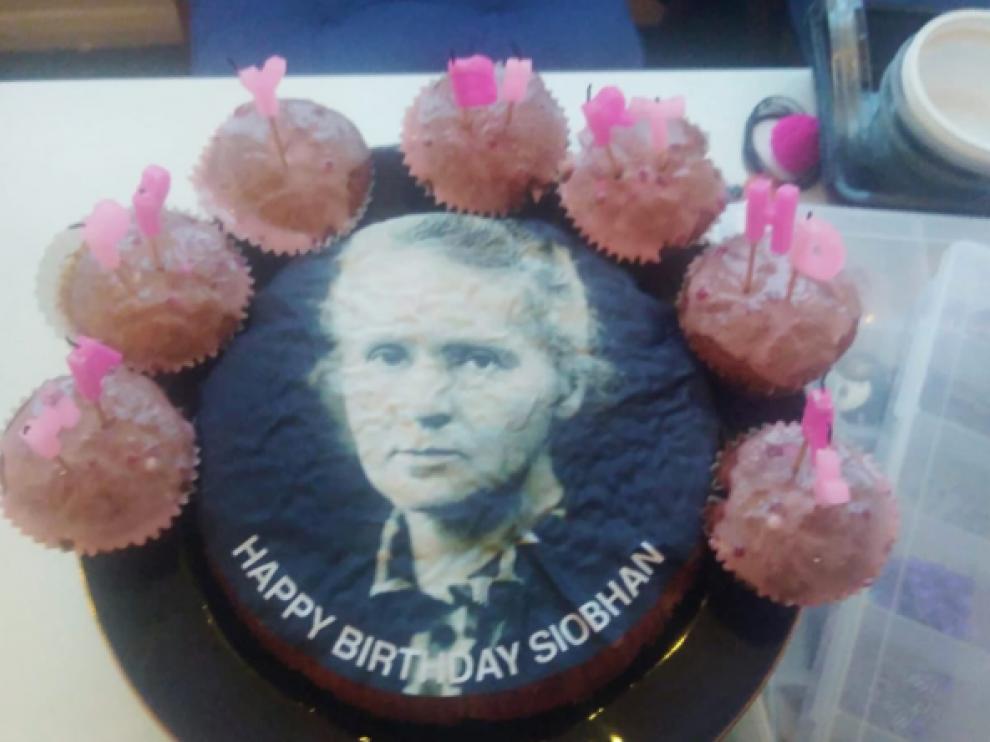 La tarta con el rostro de Marie Curie.
