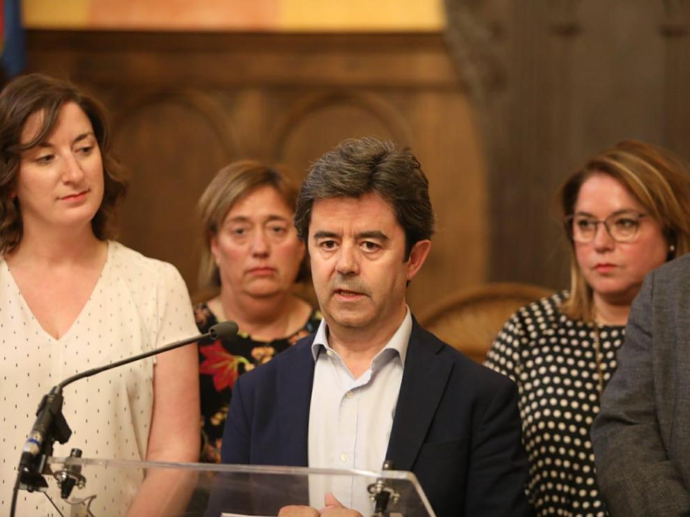 Luis Felipe, rodeado de algunos de sus concejales, en el Salón del Justicia.