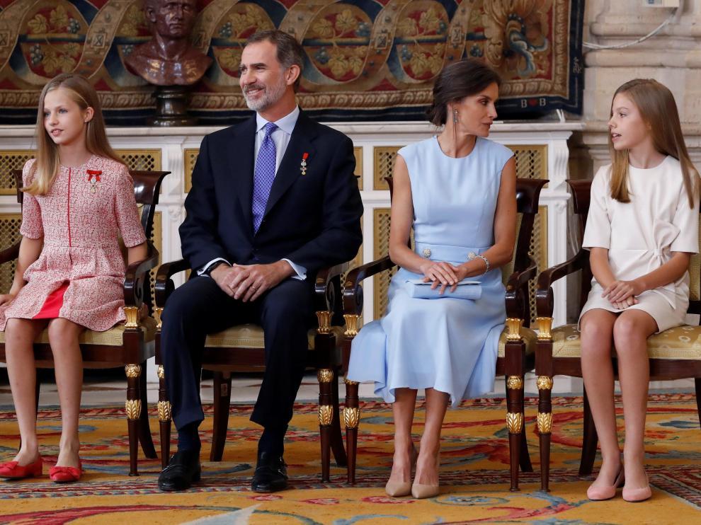 La princesa Leonor sentada al lado de Felipe VI y la infanta Sofía junto a la reina Letizia.