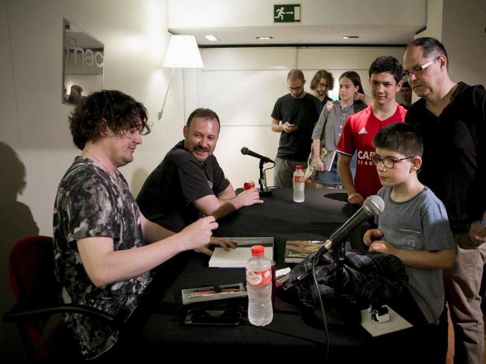 Simon Hanselmann durante la firma de los ejemplares a sus seguidores ayer en Zaragoza.