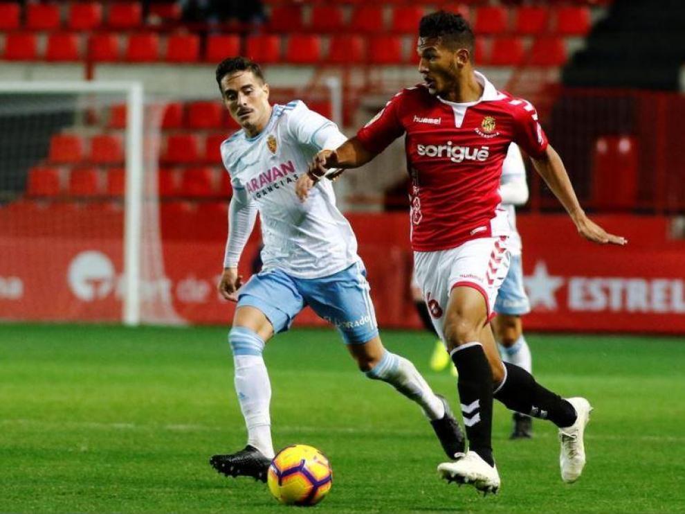 Luis Suárez se va e en velocidad de Javi Ros en el partido Nástic de Tarragona-Real Zaragoza de la temporada que ahora concluye (ganó el cuadro aragonés 1-2 en el Nou Estadi).
