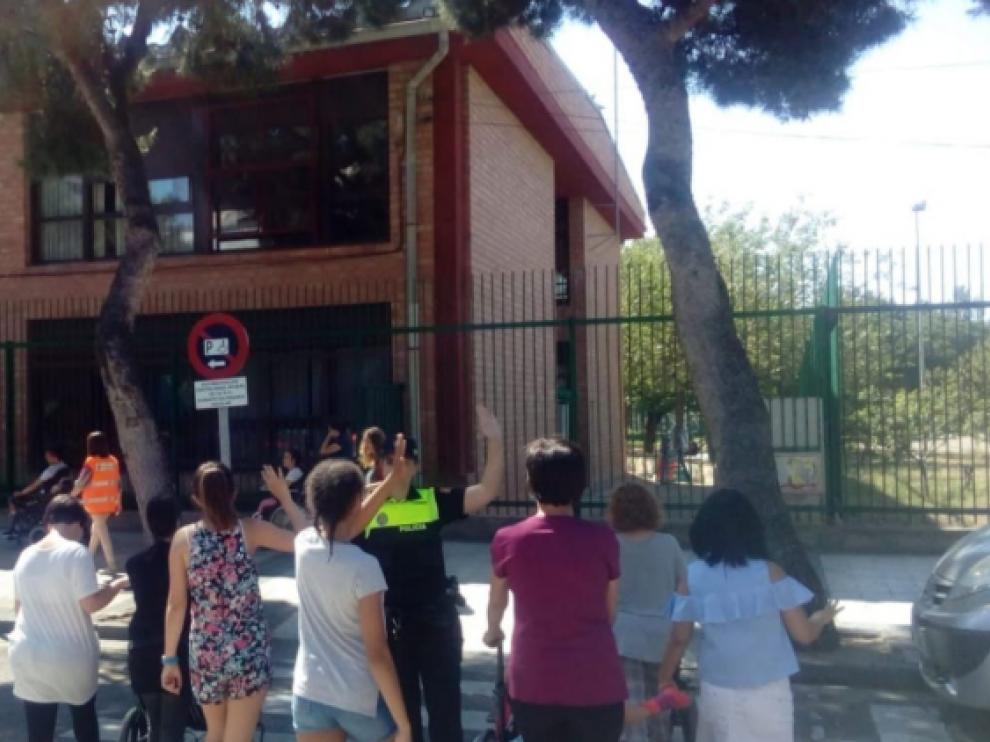 Una agente de la Policía Local enseña normas de tráfico a los alumnos.