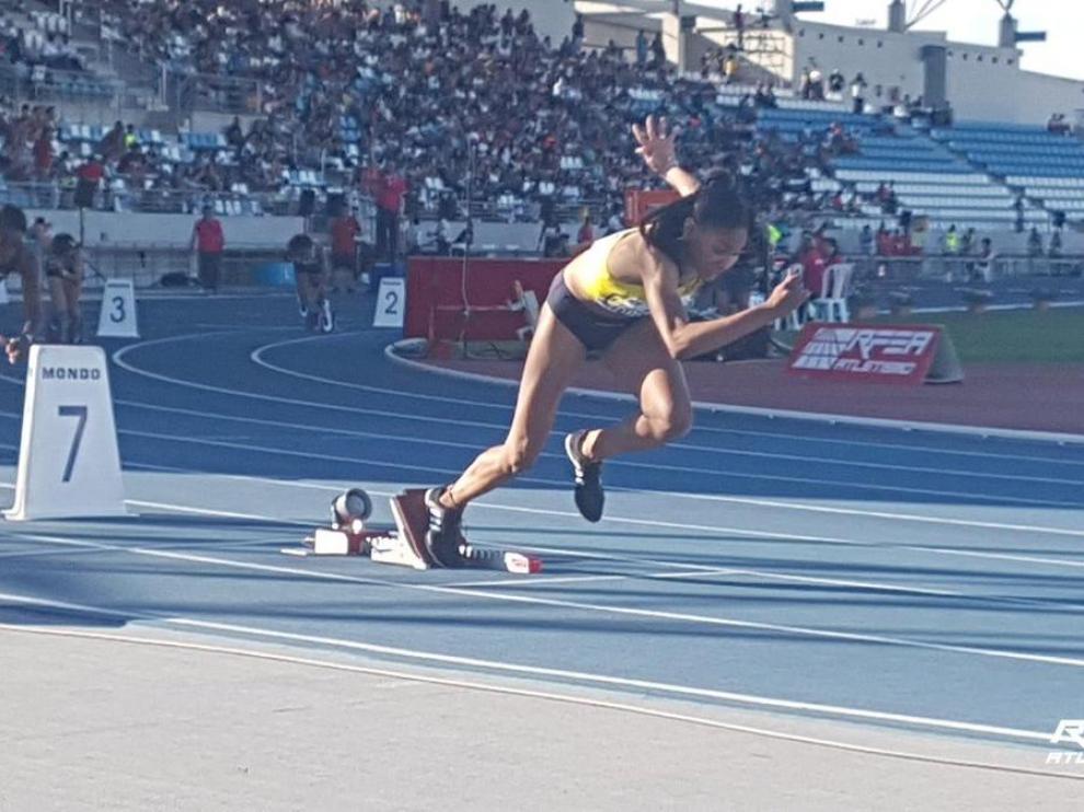 Salma Paralluelo, en acción en la prueba de 400 vallas de Huelva