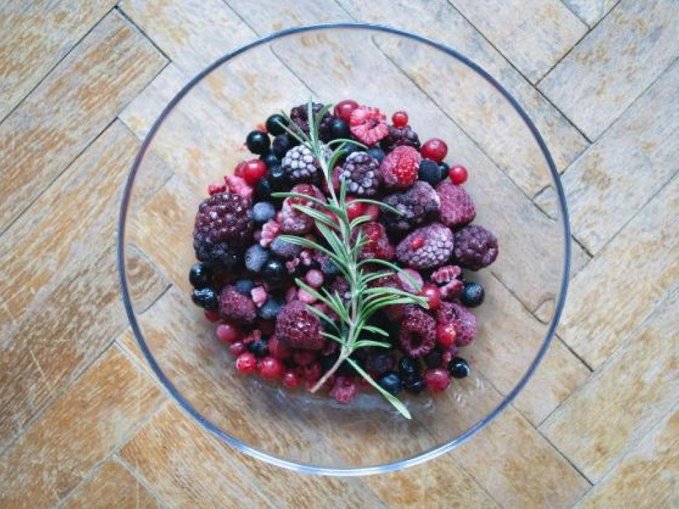 Las frutas pequeñas se pueden congelar sin hueso y peladas.