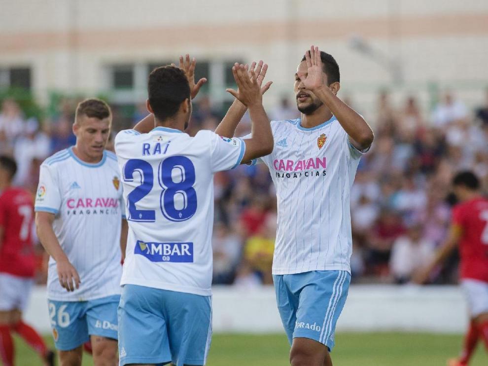 Raí Nascimento, Jeison Medina y Pep Biel, el año pasado durante el partido de las peñas disputado en Calamocha ante el equipo local.