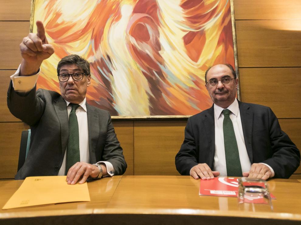 Arturo Aliaga y Javier Lambán, en la firma del pacto de gobierno.