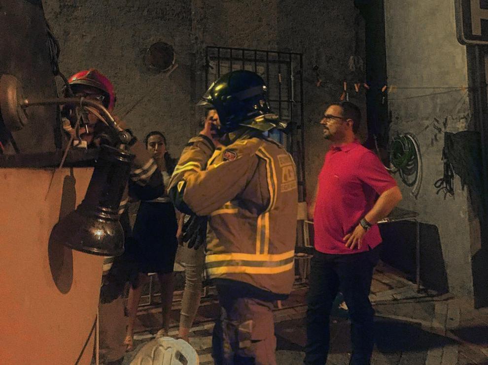 El alcalde de Lorca atiende a los daños materiales que afectan a su localidad tras un terremoto.