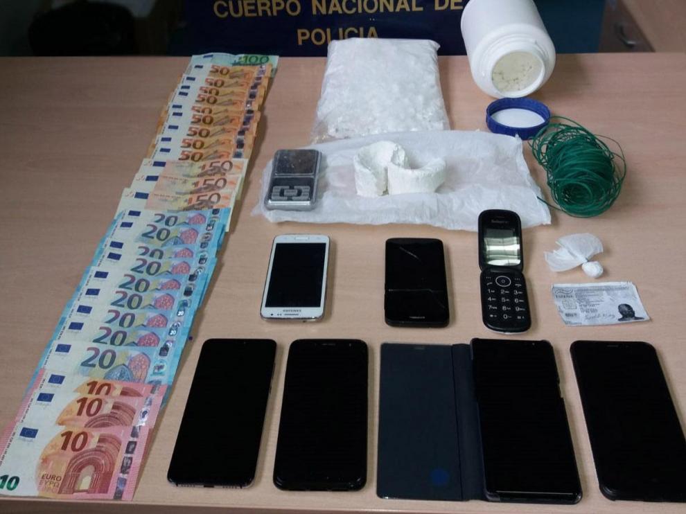 Dinero y objetos que la Policía Nacional incautó al detenido.