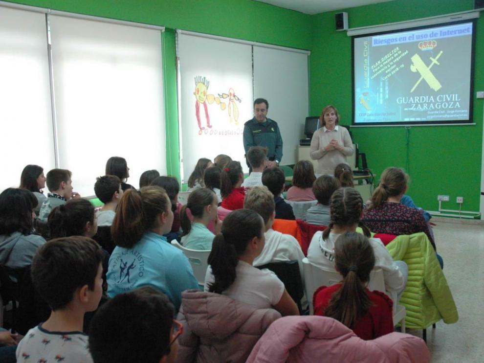 Los centros educativos son los que eligen las temáticas de estas charlas, que están dirigidas principalmente al alumnado
