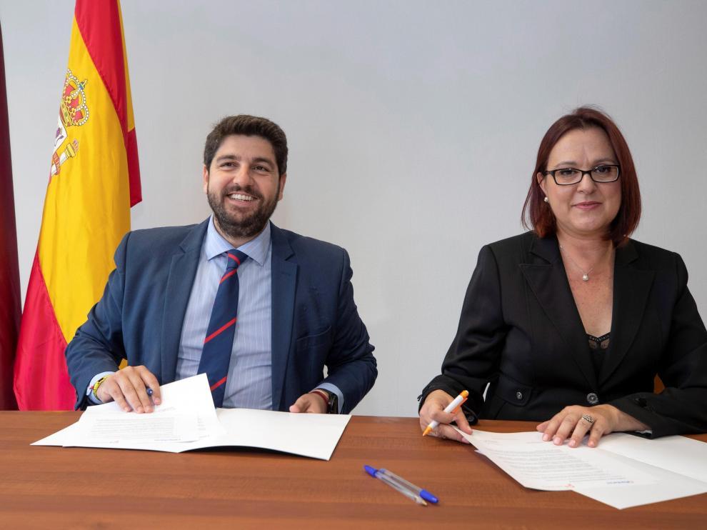 Firma del acuerdo entre Fernando López Miras e Isabel Franco.