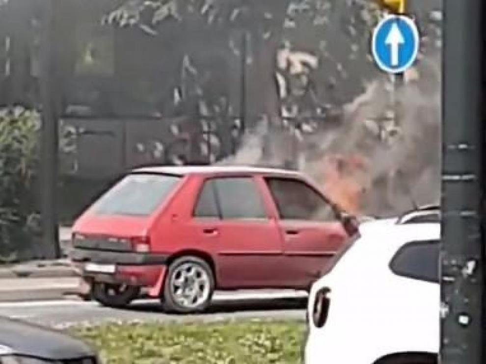 El coche siniestrado, pasto de las llamas.