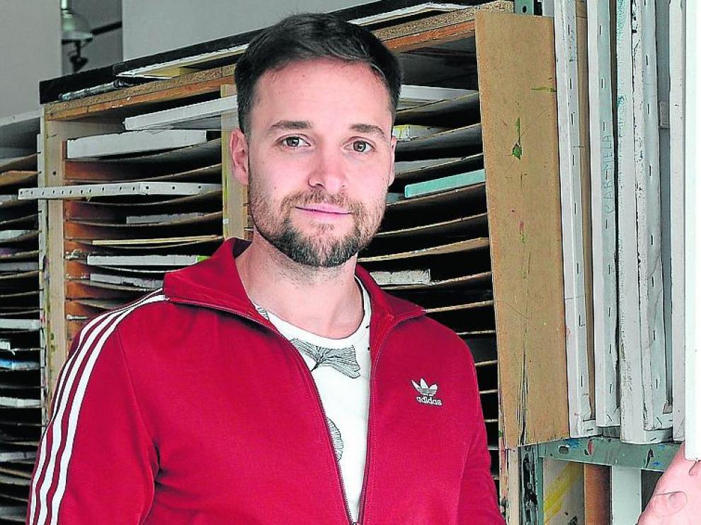 Diego Aznar, pintor turolense, en su estudio.