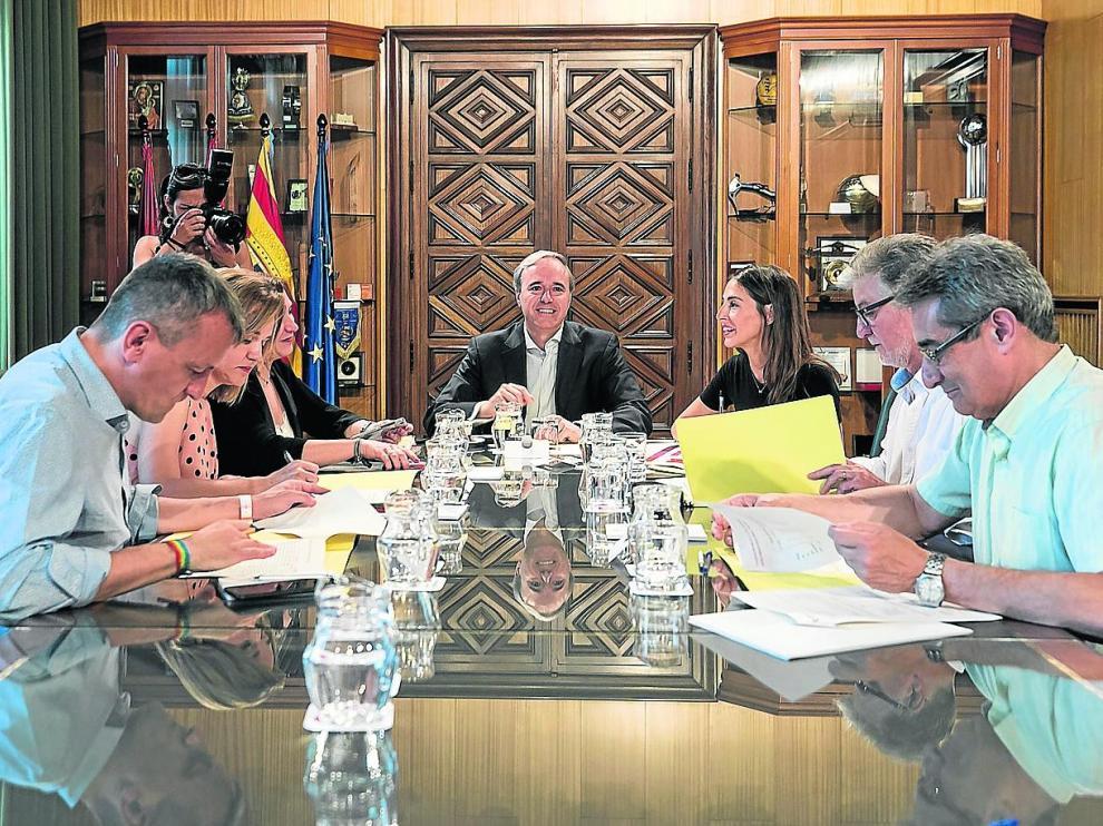 El alcalde, Jorge Azcón, presidió la primera junta de portavoces.