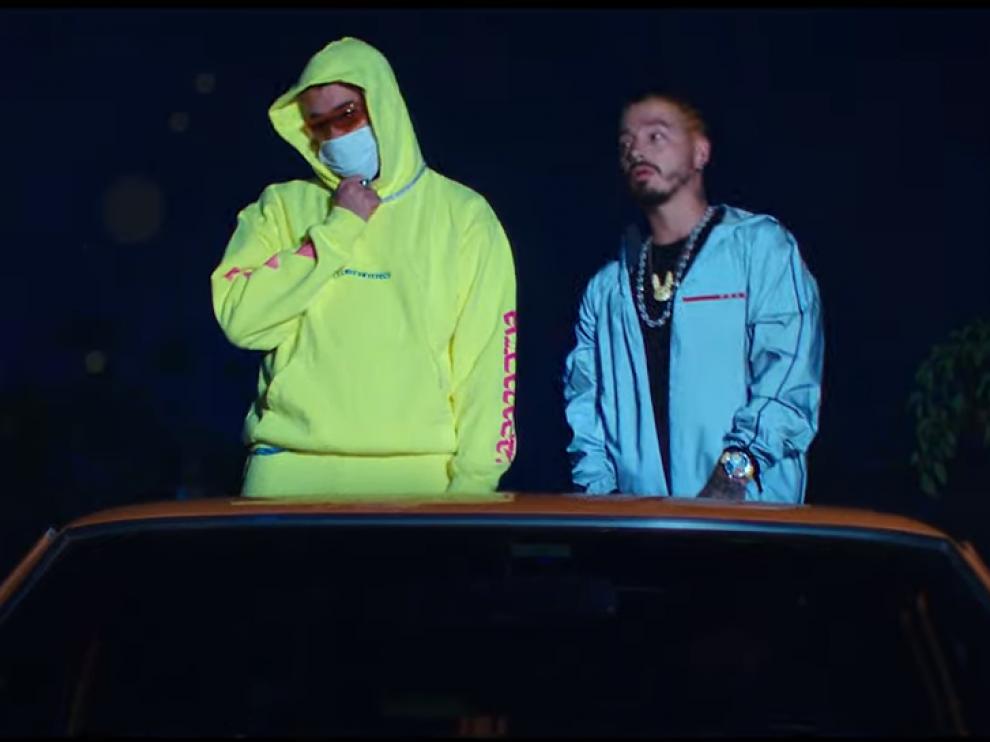 Los cantantes en el videoclip de 'Qué pretendes'.