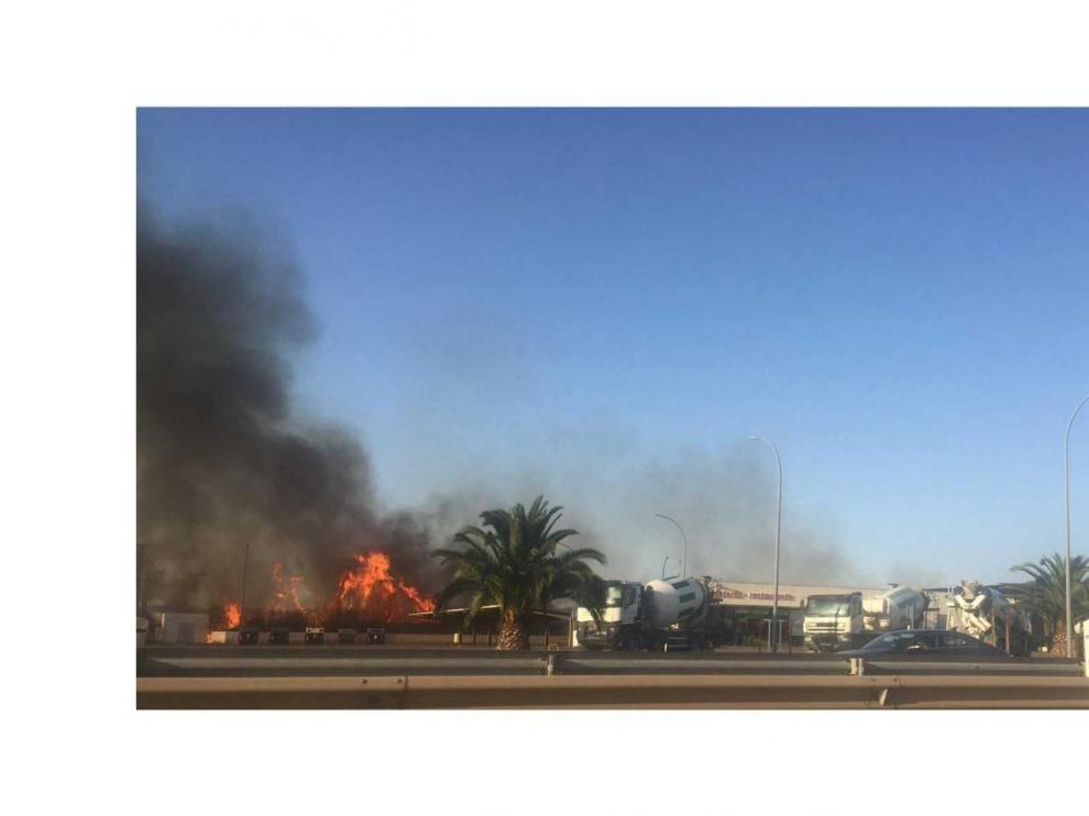 El aparatoso incendio se ha producido a escasos metros de la gasolinera de Villarrapa.