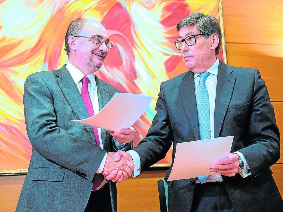 Javier Lambán (PSOE) y Arturo Aliaga (PAR), durante la firma del acuerdo.