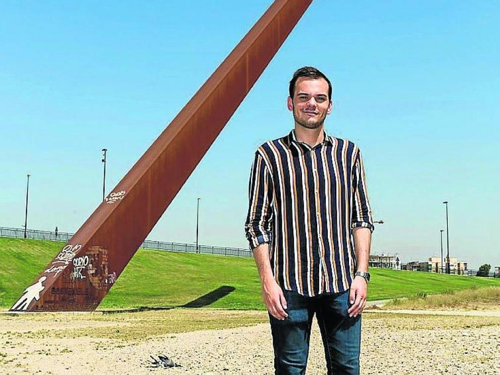 Samuel Barrao, junto al reloj solar de Vadorrey.