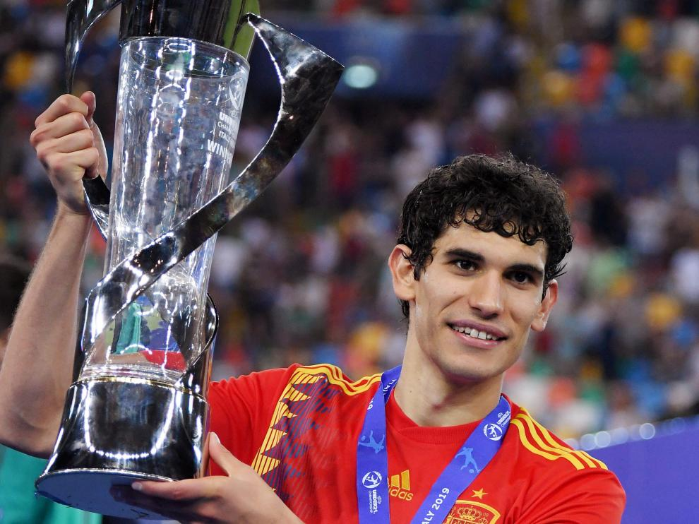 Soccer Football - 2019 UEFA European Under-21 Championship - Final - Spain v Germany - Dacia Arena, Udine, Italy - June 30, 2019  Spain's Jesus Vallejo poses with the trophy as he celebrates winning the UEFA European Under-21 Championship  REUTERS/Alberto Lingria [[[REUTERS VOCENTO]]] SOCCER-U21/FINAL