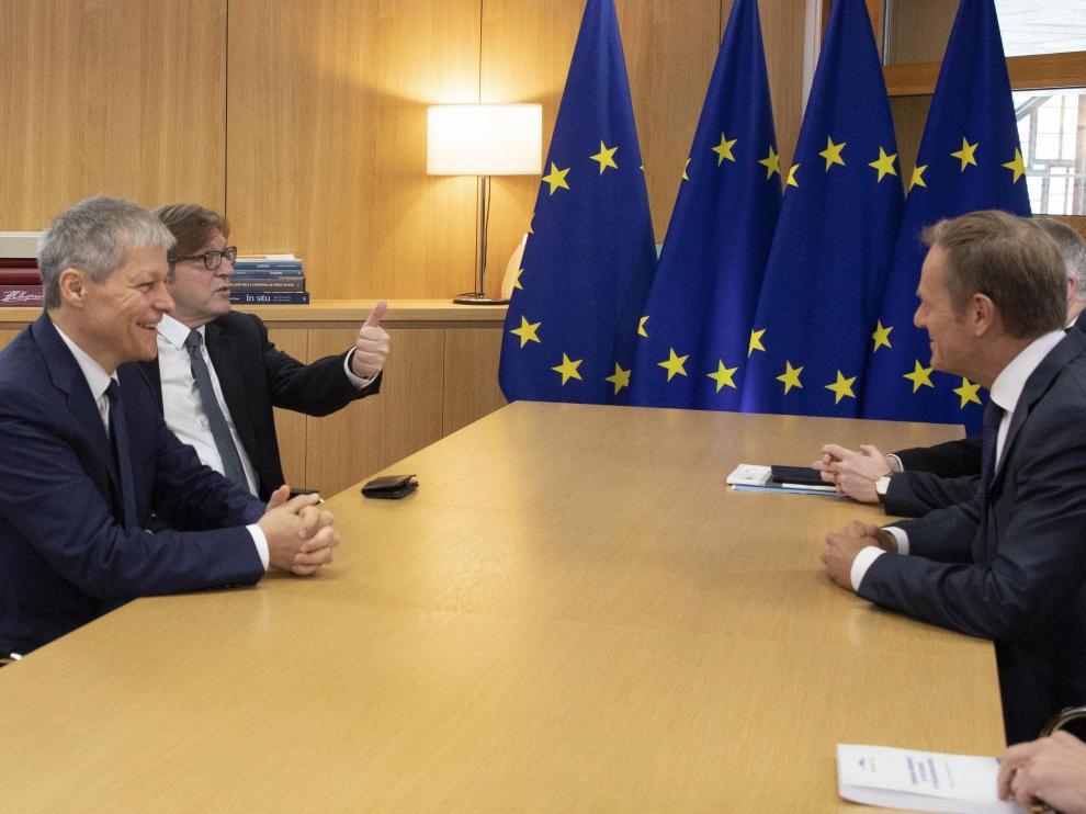 El consejero europeo Donald Tusk se reune con Guy Verhofstadt y Daclan Ciolos en la cumbre europea especial en Bruselas.