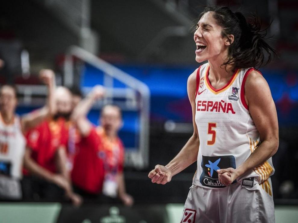 Cristina Ouviña celebra con rabia una canasta en el Eurobasket.
