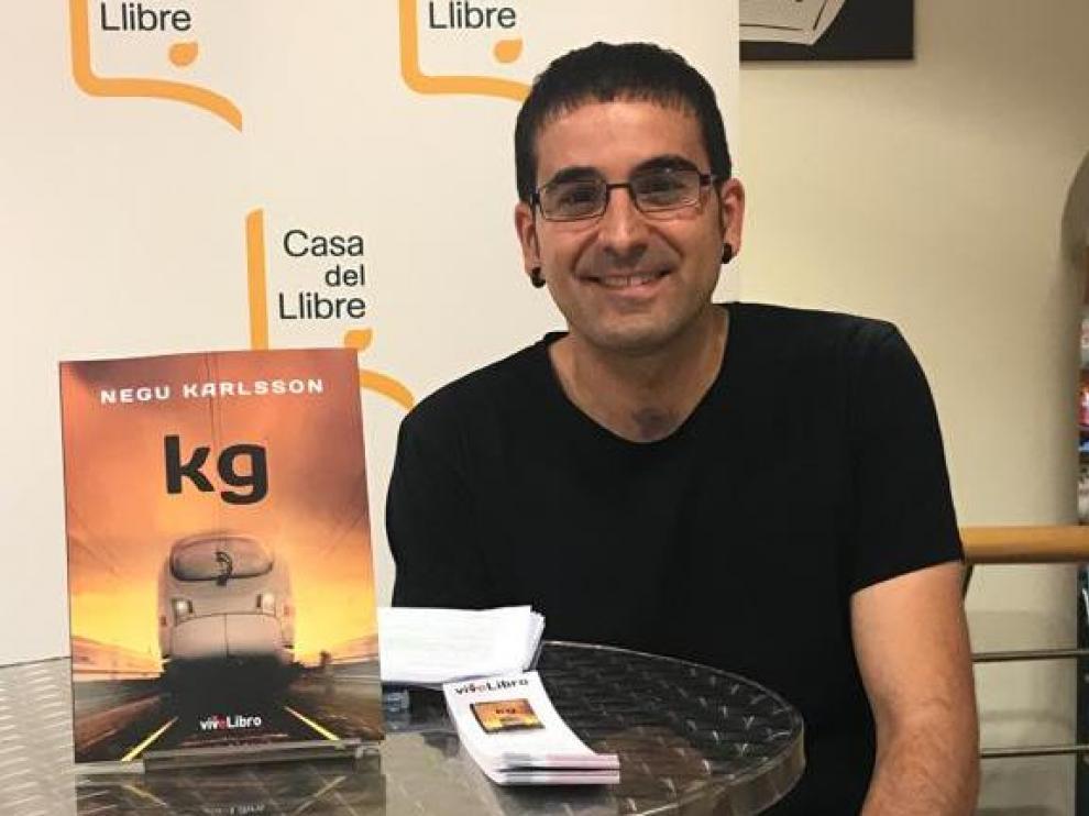 Negu Karlsson presenta su obra 'Kg'.