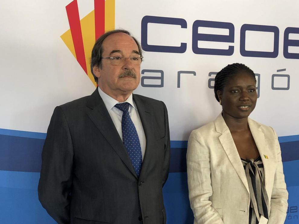El director general de CEOE Aragón, Jorge Díez-Ticio, y la embajadora de Senegal en España, Mariame Sy, en la Jornada de este miércoles en CEOE Aragón