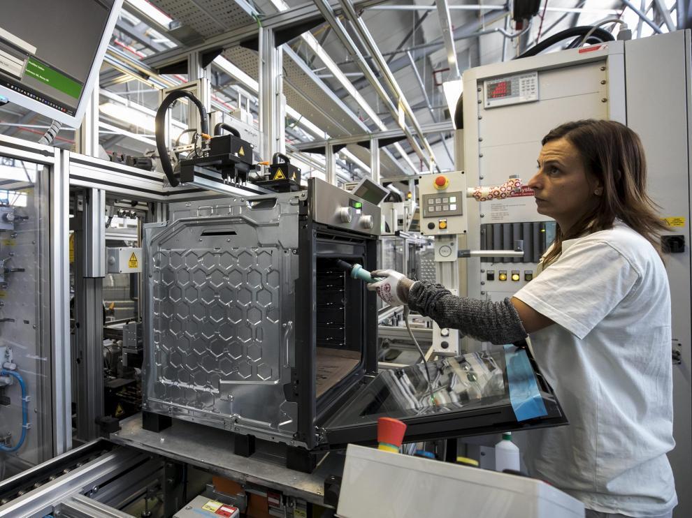 Una operaria en la fábrica de BSH en Montañana.