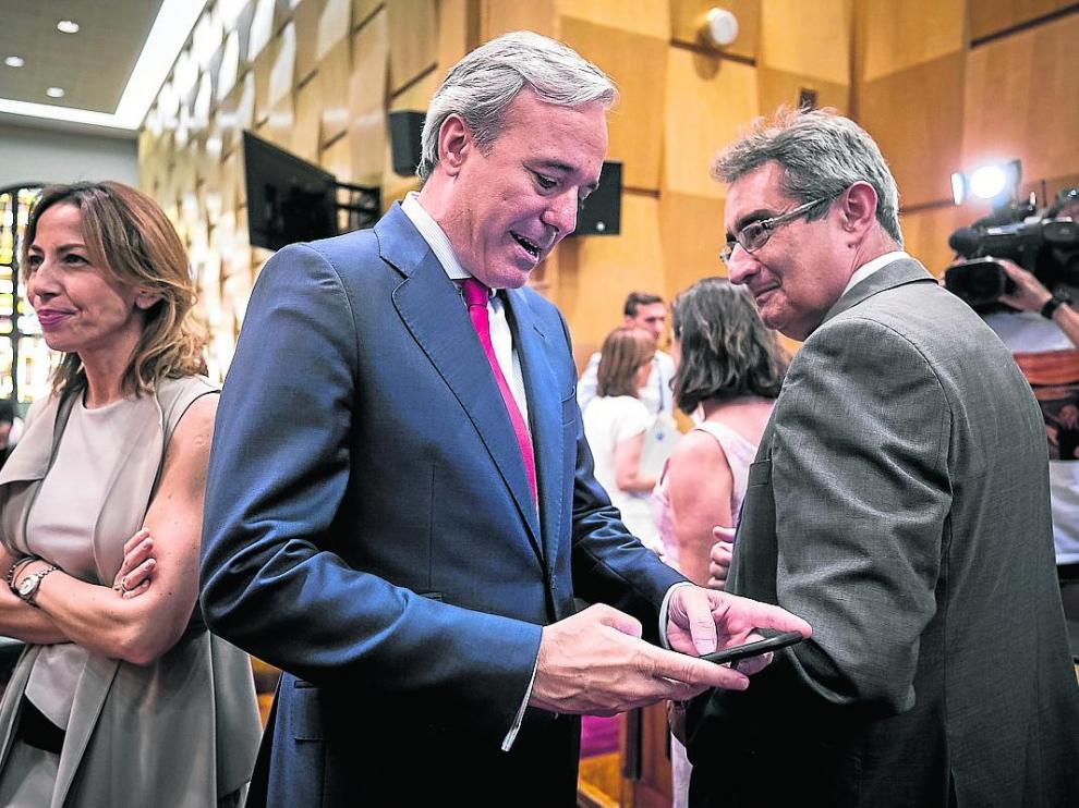 El alcalde, Jorge Azcón, junto al portavoz del Vox, Julio Calvo, en el pleno de ayer.