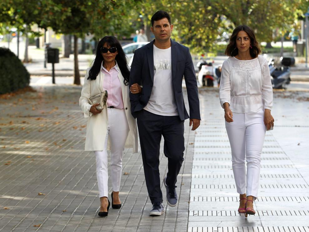 Javier Sanchez-Santos, who claims to be the son of award-winning Spanish singer Julio Iglesias, arrives with his mother Maria Edite Santos and his girlfriend Chiara to appear before a court in Valencia for a paternity case at City of Justice in Valencia, Spain, July 4, 2019. REUTERS/Stringer NO RESALES. NO ARCHIVES [[[REUTERS VOCENTO]]] PEOPLE-JULIO IGLESIAS/COURT